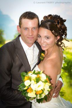 photo portrait de mariage classique avec le bouquet pour ces mariés enlacés