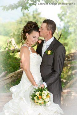 baiser sur le front de la mariée, photo classique de mariage