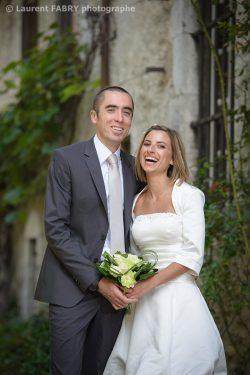 éclat de rire des mariés avant leur mariage pendant leur séance photo de couple