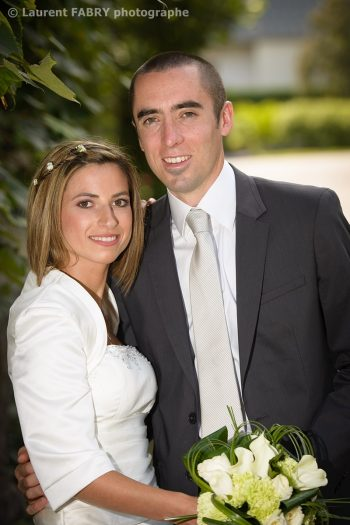 regard caméra pour ce portrait classique des mariés