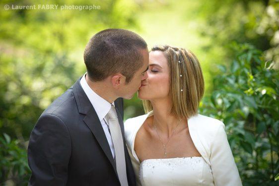le baiser des mariés avant leur mariage, sur fond de nature coloré
