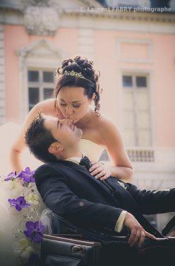 le baiser de la mariée dans la voiture devant le château où se tiendra la cérémonie de mariage