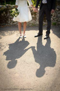 photographie originale : ombre des mariés sur le sol dans un petit village de Savoie (73)