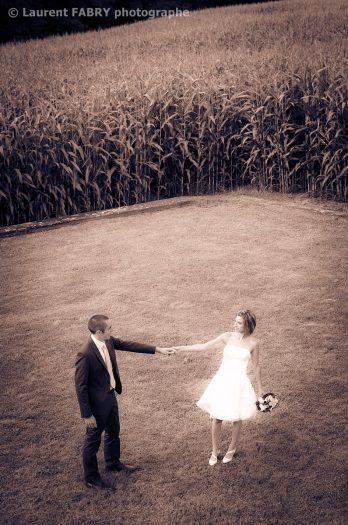 décor champêtre et rural pour ce couple de mariés photographié en plongée avant le mariage en Savoie