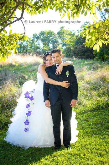 les mariés enlacés dans le décor très nature du parc de Buissond rond, pour leur mariage à Chambéry