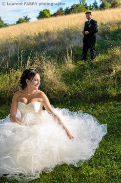 la mariée assise attend le marié qui se tient derrière elle dans une belle lumière