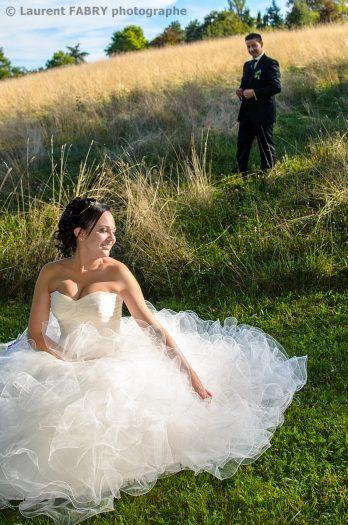 assise dans l herbe du parc de Buisson Rond, la mariée attend son futur époux après le mariage à Chambéry