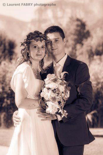 portrait classique traité en couleurs sépia pour ce couple le jour de leur mariage