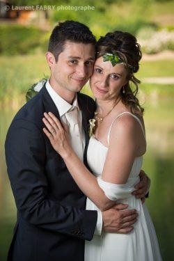 portrait des mariés devant un étang à Challes-les-Eaux, en Savoie (73)
