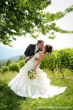 pose classique de mariage : le baiser devant un décor de pleine nature