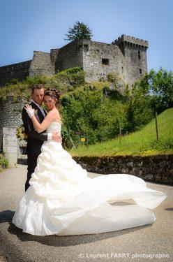 pose des mariés devant le Château de Miolans, Savoie, Rhône Alpes