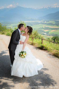 le baiser des mariés sur les hauteurs de Saint Pierre d Albigny, en Savoie (73)