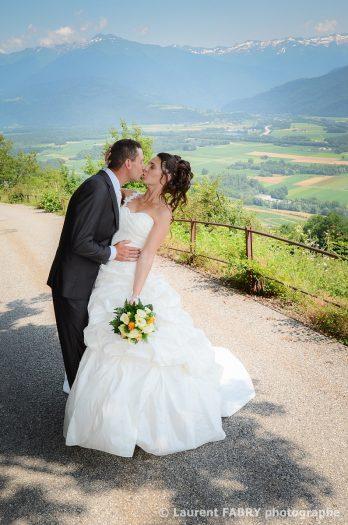 sur fond de vallée alpine, la séance photo de couple le jour du mariage à la montagne (Savoie)