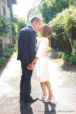 les mariés déambulent dans les rue du village en Savoie avant leur cérémonie de mariage