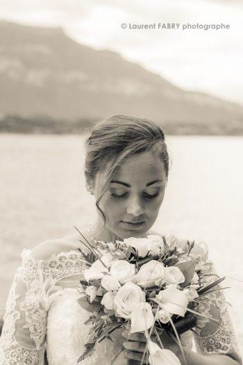 la mariée et son bouquet devant le lac du Bourget, Savoie, mariage à la montagne
