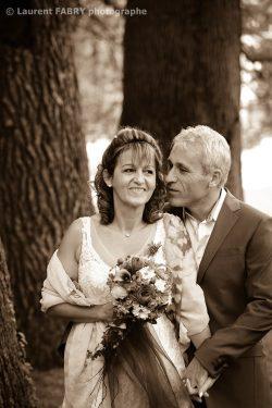 portrait des mariés sous des grands arbres en couleur sépia
