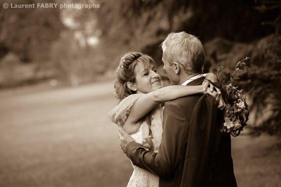 les mariés dans un grand parc, photo en couleur sépia avant le mariage