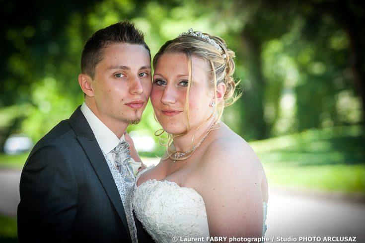 Portrait en couleurs des mariés joue contre joue pour leur mariage en Tarentaise