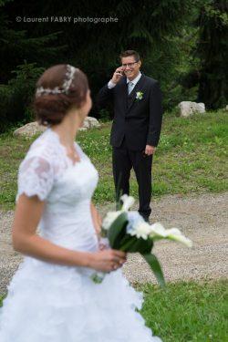 le marié répond au téléphone en pleine séance photo de couple