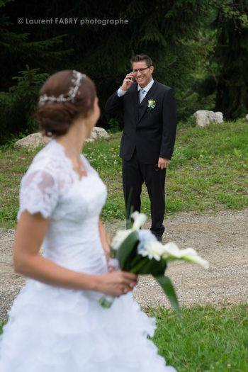 le marié répond au téléphone et fait attendre son photographe sous l oeil de sa future épouse, mariage dans les Bauges