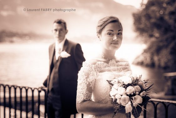 portrait de mariage classique avec la mariée au premier plan, photo sépia