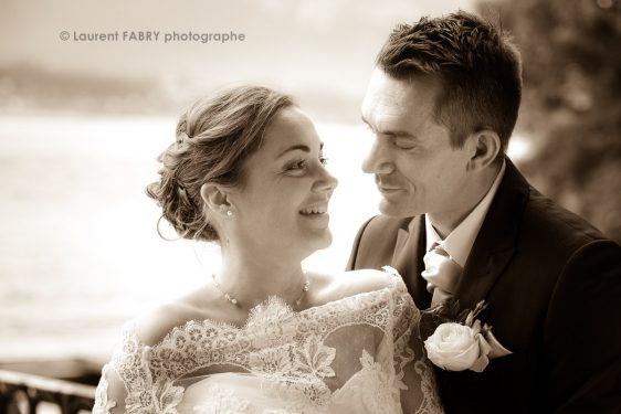 les mariés se regardent sur fond de lac du Bourget, photographie sépia