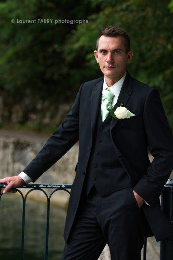 le marié seul, pose devant le petit port de Bourdeaux, séance photo de mariage en Savoie