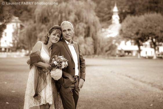 les mariés dans un grand parc en Isère le jour de leur mariage