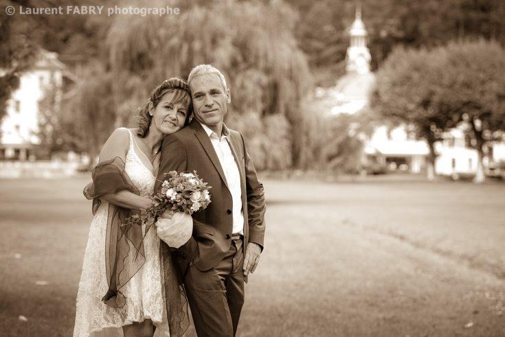 photo de mariage en sépia, au parc d Uriage
