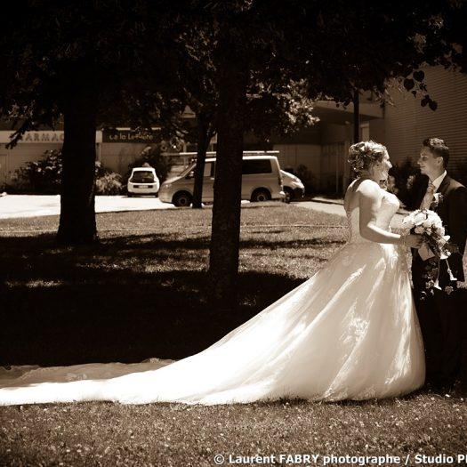 Photo sépia des mariés dans un parc près de la mairie de la Léchère