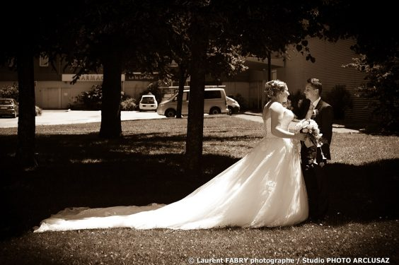 la longue traîne de la robe de mariée, photo sépia, traitement ancien