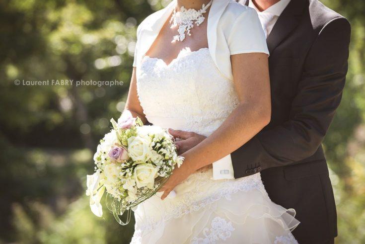 détail robe et bouquet de mariage pour cette photo de couple en Savoie