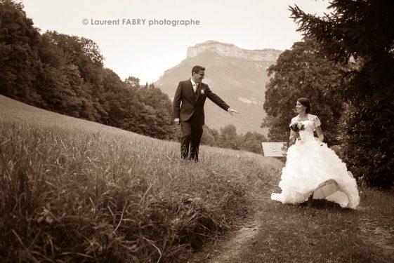 photo des mariés en sépia sous le Mont Margériaz (massif des Bauges, Savoie)