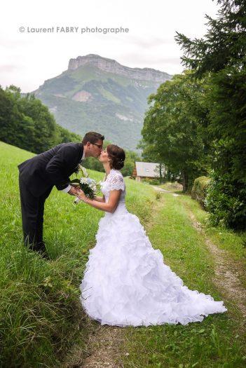 les mariés sur un petit chemin de Saint-Jean d Arvey, mariage dans le massif des Bauges, Alpes, Savoie