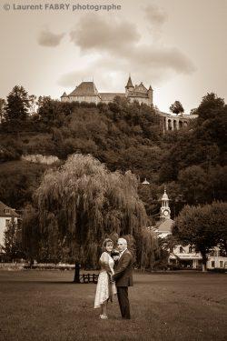 les mariés dans un grand parc en Isère (38)