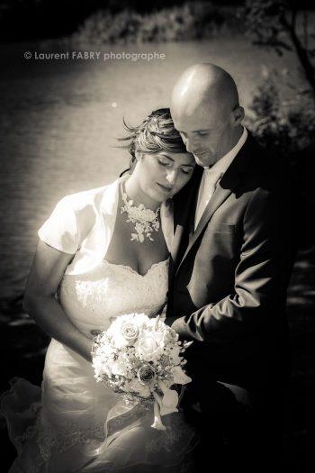 photo de couple en noir et blanc le jour du mariage au lac Saint-André (près des Marches, Savoie)
