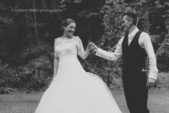 la fleur des champs offerte à la mariée, photo noir et blanc, traitement ancien