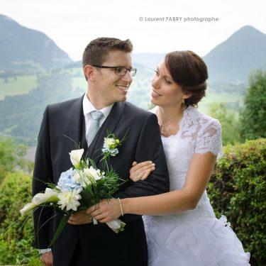 portait des mariés devant un paysage de montagne (massif des Bauges, 73)