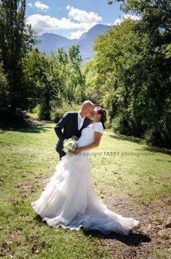 baiser des mariés sur fond de verdure en Savoie (73)