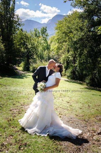pose classique et romantique pour la photo des mariés près du lac Saint-André pour un mariage en Savoie