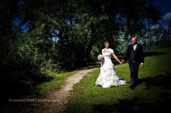 photo des mariés en contrastes et forte lumière dans un parc en Rhône Alpes
