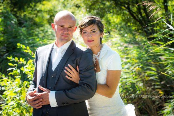 portrait des mariés de face, regard vers le photographe professionnel de mariage