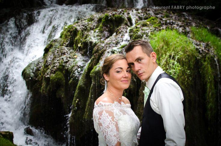 portrait de mariage devant une cascade en Savoie