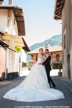 les mariés se retournent dans la ruelle du village en Savoie (73)