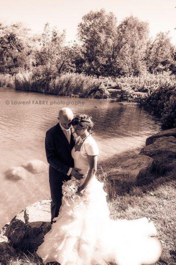 photo en sépia : les mariés posent pour leur photographe devant le lac Saint-André, Savoie