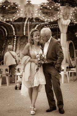 photographie intemporelle des mariés près du manège ancien
