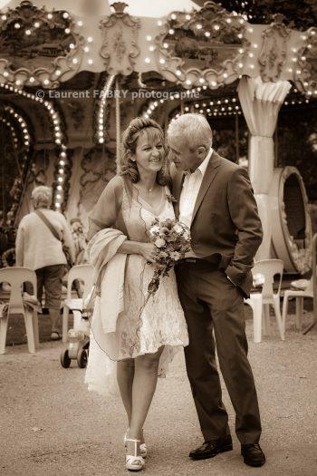 photographie intemporelle des mariés près du manège ancien dans le parc thermal d Uriage, en Isère