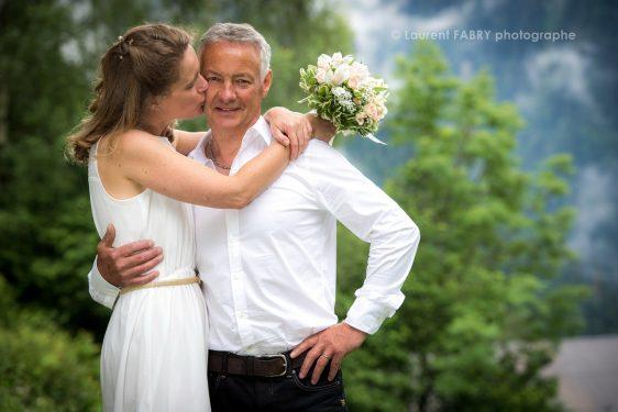 le photographe capture le baiser de la mariée