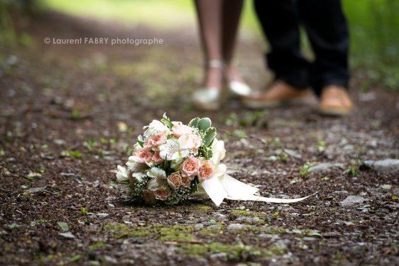 le bouquet de la mariée posé au sol lors d