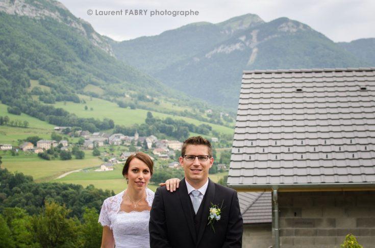 portrait des mariés devant le massif des Bauges, mariage dans les Alpes